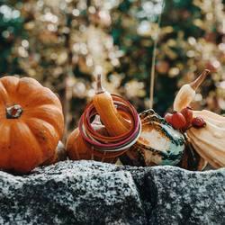 🎃 ab mittwoch erwartet euch eine rätselhafte HALLOWEEN-AKTION.. seid gespannt 🧡 ⠀ .⠀ .⠀ #wemadeyourbracelet #fairproduced #madeinsüdirol #naturns #komma5 #halloweenaktion #rätsellösen #daswirdeinspaß