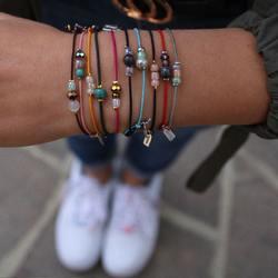 🌸 so bunt wie der frühling..⠀ ..unsere neuen feinen & elastischen armbänder mit kleinen, dazu passenden perlen 😍⠀ .⠀ welches findest du am schönsten?⠀ .⠀ perfekt auch als kleine geschenkidee für einen lieben menschen oder als freundschaftsarmband ❤️⠀ .⠀ .⠀ #wemadeyourbracelet #fairproduced #madeinsüdirol #naturns #komma5 #handmadewithlove #farbenfroh #colorful #frühlingsfarben #springcollection #frühjahrskollektion