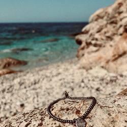 #freedom ⠀ .⠀ .⠀ auch unser armband aus kleinen edelstahlperlen fertigen wir gerne für dich mit deinem #lieblingswort an.⠀ .⠀ .⠀ #wemadeyourbracelet #fairproduced #madeinsüdirol #naturns #komma5 #gestaltedeinenlook #einzigartigerlook #specialbracelet #lastsummerdays