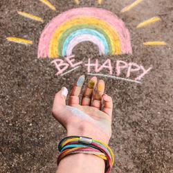 be happy 🌈⠀ .⠀ komm lass uns die welt bemalen, in regenbogen farben 😍⠀ kerstin ott⠀ .⠀ .⠀ #wemadeyourbracelet #fairproduced #madeinsüdtirol #naturns #südtirol #handmade #colorful #colors #regenbogenfarben #regenbogen #rainbow #behappy #südtirolstartup