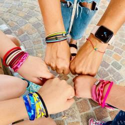 family is a special gift 💙⠀ .⠀ dieses tolle bild hat uns eine wundervolle famile geschickt, danke dafür 😍⠀ es ist immer wieder schön, euch mit unseren amrbändern glücklich machen zu dürfen 🌸⠀ .⠀ du kannst uns gerne auch ein foto mit deinem kOmMa5-Lieblinsstück schicken.. wir freuen uns 📸⠀ shop@komma5.com⠀ .⠀ .⠀ #bracelet #armband #bracciale #wemadeyourbracelet #handmadebracelet #handmade #madewithlove #fairproduced #naturns #südtirol #southtyrol #madeinsüdtirol #madeinitaly #colorful #colors #favoritebracelet #accessoires #jewelry #fashionjewelry #family #happyfamily #familie #glücklichsein #glücklich #power #together #zusammen #südtirolstartup