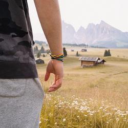 "Wie gefällt dir unser Armband ""Klaus""? 💛💙⠀ . . 📷 @clemens_obkircher  .⠀ .⠀ #wemadeyourbracelet #fairproduced #madeinsüdirol #naturns #komma5 #farbe #colors #farbeschadetnie #farbenfroh #gelb #blau #natur"