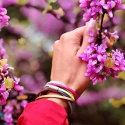 """ein buntes accessoire für dein frühlingsoutfit 🌸⠀ kOmMa5 armband """"franzi"""" 😍⠀ .⠀ mehr farbenfrohe kombinationen findest du in unserem shop 🥰⠀ .⠀ www.komma5.com⠀ .⠀ .⠀ #wemadeyourbracelet #fairproduced #madeinsüdirol #naturns #komma5 #handmadewithlove #farbenfroh #colorful #frühlingsfarben #springtime #spring #frühling #blüten #accessoire"""