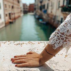 """unser feines armband mit perlen """"abu dhabi"""" durfte auch ein par schöne tage in venedig erleben. 😁⠀ dieses armband, sowie weitere feine armbänder mit kleinen, passenden perlen in den verschiedensten kombinationen findet ihr hier⠀ 🌸 https://www.komma5.com/de/19-feine-armbaender 🌸⠀ .⠀ .⠀ #wemadeyourbracelet #fairproduced #madeinsüdirol #naturns #komma5 #abudhabi #finebracelets #venice #venedig #beautifuldays #springtime #beautifulmoments #sunnydays #travel"""