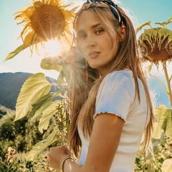 summervibes with kOmMa5 🌻⠀ .⠀ .⠀ #wemadeyourbracelet #fairproduced #madeinsüdtirol #naturns #südtirol #handmade #withlove #sunflowers #sonnenblume #summervibes #sommer #summertime #summer #flowers #jewelry #beautiful