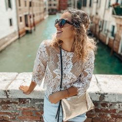 unterwegs im wundervollen venedig 🦋⠀ .⠀ .⠀ warst du auch schon mal da? 😍⠀ .⠀ .⠀ #wemadeyourbracelet #fairproduced #madeinsüdirol #naturns #komma5 #venice #vednedig #travel #smile #happygirl #sunnydays #springtime #springfeelings #curlyhair